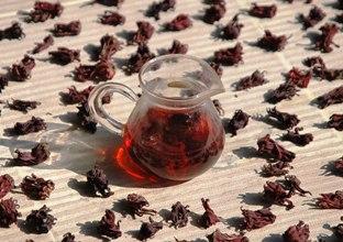 Roselle Hibiskusblüten-Tee: getrocknete Blüten und Infusion