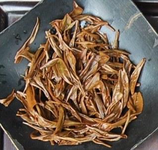 Wilder Dian Hong Black & Golden Needle Schwarzer Tee: nasse Blätter